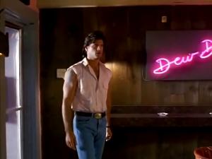 Pas encore un osti de bar de danseuses dans un film de lutteur...?