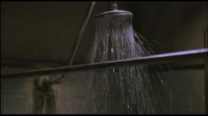 Oh! Que vois-je! Serait-ce l'heure de la douche dans un film sans nudité?