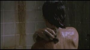 Vous lavez EXCLUSIVEMENT le haut du cou, les cheveux et le haut de la poitrine.