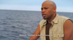 Dans la version originale, lui parle espagnol, ce qui fait qu'il nécessite des sous-titres. En français... il parle... français. Mais comme un noir... mais français, donc on le comprend, mais on lui met des sous-titres...