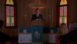 Il sermonne les fidèles.