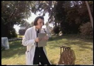 Le méchant du film est un genre de docteur scientifique pas fin. La preuve, il porte toujours un sarrau et un stéthoscope...