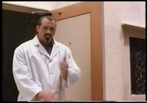 Ah tsé quand je vous disais que Hogan trouve tjrs de quoi à faire pour Ed Leslie (Brutus le Barbier Beefcake)... ben là il joue un sumo...