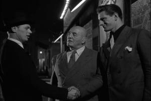 L'homme à droite est le lutteur Olympique anglais Ken Richmond. Il a fait de la prison durant la 2e Guerre Mondiale car il s'y opposait publiquement. Pas étonnant donc de la voir dans un film de Dassin, son role favori à vie.