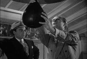 Le ballon représente Gregorius, alors qu'ils parlent de lui. Regardez comment le simple touché de l'objet permet de percevoir comment précieuse la présence de Gregorius est pour Harry...
