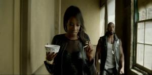 La belle Ayisha Issa vole de la bouffe pour manger avec baguettes pendant une prise d'assaut
