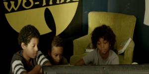 Tiens, je me demande si la présence de RZA explique ce poster derrière les kids...