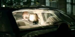 Oh et bonjour les oreilles! Tirer dans une voiture fermée, y'a de quoi rendre sourd, mais je suis pas scientifique.