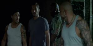 Franky a une job: Surveillez Paul et David pendant 10 minutes. Ils sont enfermés et il a un gun... comment il peut fucker ça?!