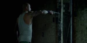 Franky mord, cabotine EN MASSE et tient même son gun en gangster!