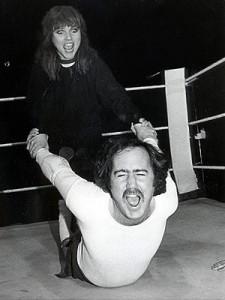 Kaufman en train de vivre sa gimmick de méchant du ring qui ne veut affronter des femmes plus grosses que lui pour prouver qu'il est un surhomme.