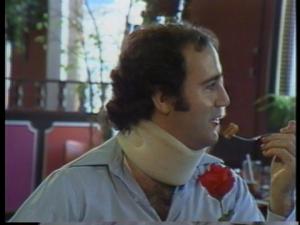 Kaufman lui se fait déjà des ennemis en refusant de signer un autographe aux demoiselles de la table à côté, justifiant qu'il a le droit de ne pas se faire déranger, et que son temps est précieux, car il est une vedette et a battu plus de 700 femmes dans sa carrière...