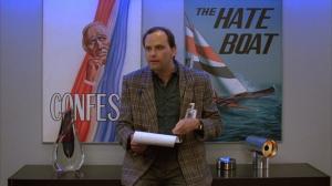 Et finalement, ce cher Kurt Fuller, méchant du film de ma chronique originale, sur No Holds Barred, avec Hulk Hogan. Ici, Kurt interprète le réalisateur du show télé. À noter le poster parodiant The Love Boat.