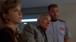 Et à droite de Richard Dawson (l'animateur de Family Feud), on retrouve Sven-Ole Thorsen. Sven-Ole Thorsen joue dans presque tous les films d'Arnold ET joue le méchant dans Abraxas, gardien de l'univers, avec Jesse Ventura!