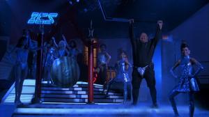 Tous les personnages dans le film ont une entrée avec musique, pose plastique et foule en délire, qui rappelle volontairement la lutte.