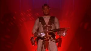L'homme-feu est interprété la légende du blaxploitation Jim Brown, volontairement coiffé en Don King, gérant de boxe.
