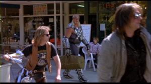 Je ne comprends pas comment un ptit biker à la 1990 qui a l'air de ça peut se permettre de regarder et rire d'un gars qui a cette shape là.