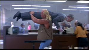 Christopher Lloyd est congelé vivant par une des arme de Shep dans une scène assez réussie de vol de banque.