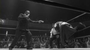 Ptit caméo du légendaire Gene LeBell dans le rôle de l'annonceur de ring.