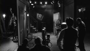 Il recrée la scène culte où Tor Johnson bump contre le décor minimaliste de Bride of the Monster, qu'Ed Wood a laissé dans le film, soit parce qu'il n'a pas remarqué, qu'il s'en foutait ou qu'il n'avait pas le budget pour la refaire 2x.