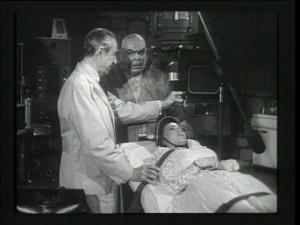 Burton a fait un travail de recréation impeccable. Voici une scène du film Bride of the Monster (1955)