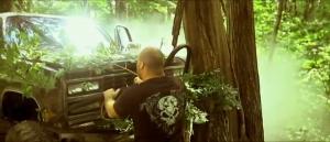 Pour simuler un accident dans un film pas de budget, on fait vapoter un moteur, on colle le camion contre un arbre et on ajoute des branches...