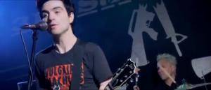 Alors que leur chanteur porte un t-shirt des plus intéressants! On salue nos p'tits gars d'ici!