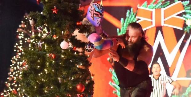 braun-strowman-christmas-tree-sin-cara_3856462