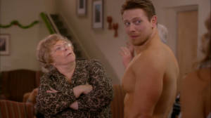 Maintenant, imaginez la scène que je viens de vous montrer... mais où des vieux mâles diraient à une jeune femme sexy de se déshabiller devant eux, qu'elle serait cute en infirmière et qu'ils lui fassent des avances sexuelles en groupe. Je dis ça de même...
