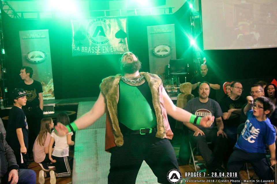 """Le champion actuel de la ALE, Bigfoot, couronné lors de l'événement """"Apogée""""."""