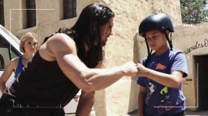 Boone rencontre un de ses fans qui lui sera utile alors qu'il ne connait rien aux us et coutumes du Mexique, lui qui croit leur apporter The American Way of life.