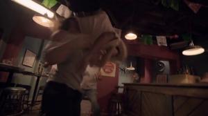 Y'en a pour tous les gouts! Ici un Powerslam sur le bar.