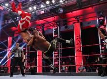 raw lutteurs foule